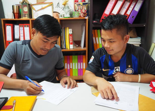 Student with tutor in Thai refugee camp